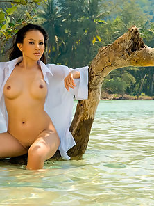 Fashionable Busty Thai Anya Showing Her Tits in Water
