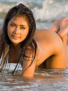 Nude Thai Maria Expose Her Sexy Figured In Sea Various Poses