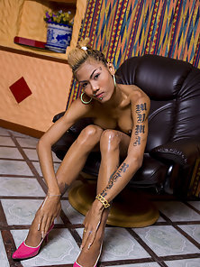Shinning Nude Shemale Noon Enjoys Handjob Act on Black Couch