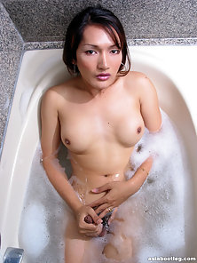 Beautiful Sexy Shemale Enjoy Handling in the Bathtub