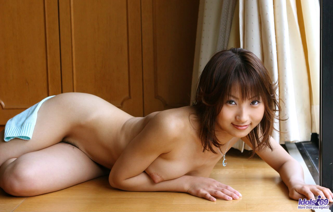 Slutty Japanese Schoolgirl Lift Her Dress And Shows Her -5839