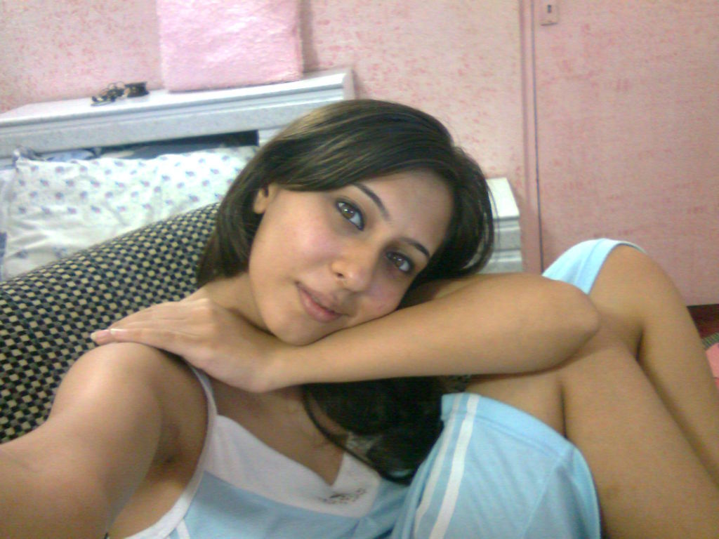Hot Busty Indian Babe Gives Naughty Pose In Bed Room -6682