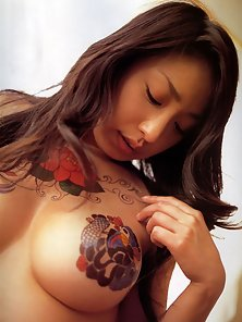 Hottest Looking Busty Babe Arisa Oda Give Model Pose to Expose Her