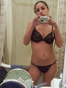 Sexy Indian Babe Takes Naked Picture of Her Sexy Body by Cam