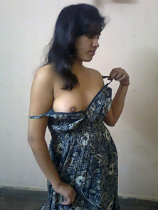 Nice Tits Indian Babe Gives Naughty Pose and Expose Her