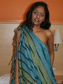Hot Indian Chick Divya Gets Fully Naked and Expose Her