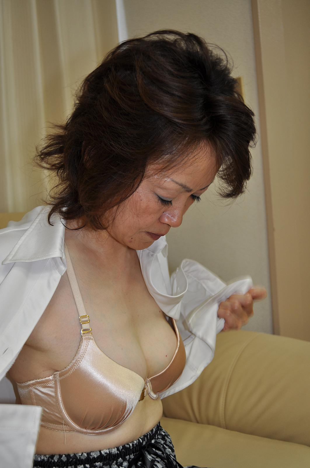White Dressed Granny Takako Kumagaya Gets Fingering And -5862