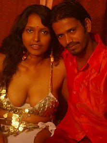 Mature Indian Babe Sucking and Fucking With Her Bf on Bed until Cum Out