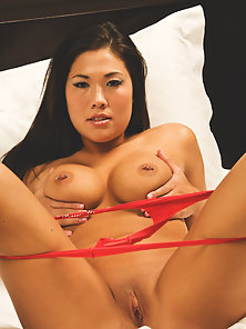 Horny London Keyes Excited and Hide Her On Towel for Finger Poke Action